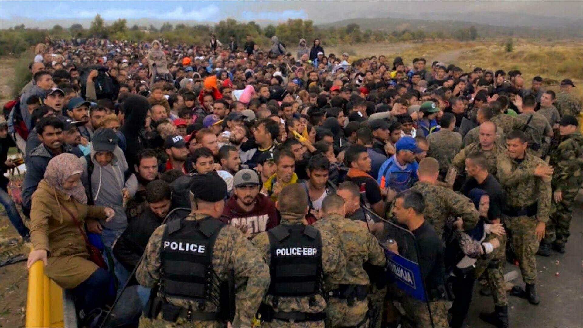 Refugiados e a polícia na Europa.