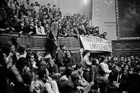 """Fotografia do filme """"Grandes tardes, pequenas manhãs"""", de William Klein. Realizado em tempo real durante os protestos de Maio de 1968, o longa captura a atmosfera do caos social."""