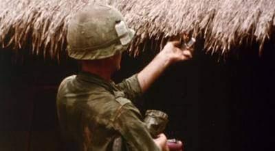 """Fotograma do filme """"Corações e mentes"""". Intercalando cenas da guerra, entrevistas com soldados e testemunhos de oficiais, o documentário revela a intensidade do cotidiano da Guerra do Vietnã."""