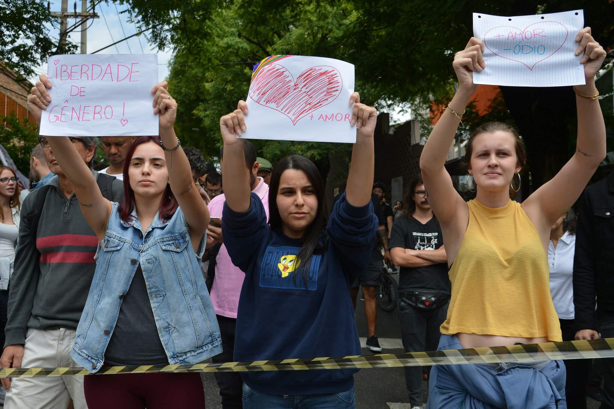 Manifestantes protestam contra e a favor da participação da filósofa Judith Butler (Foto: Rovena Rosa | Agência Brasil).