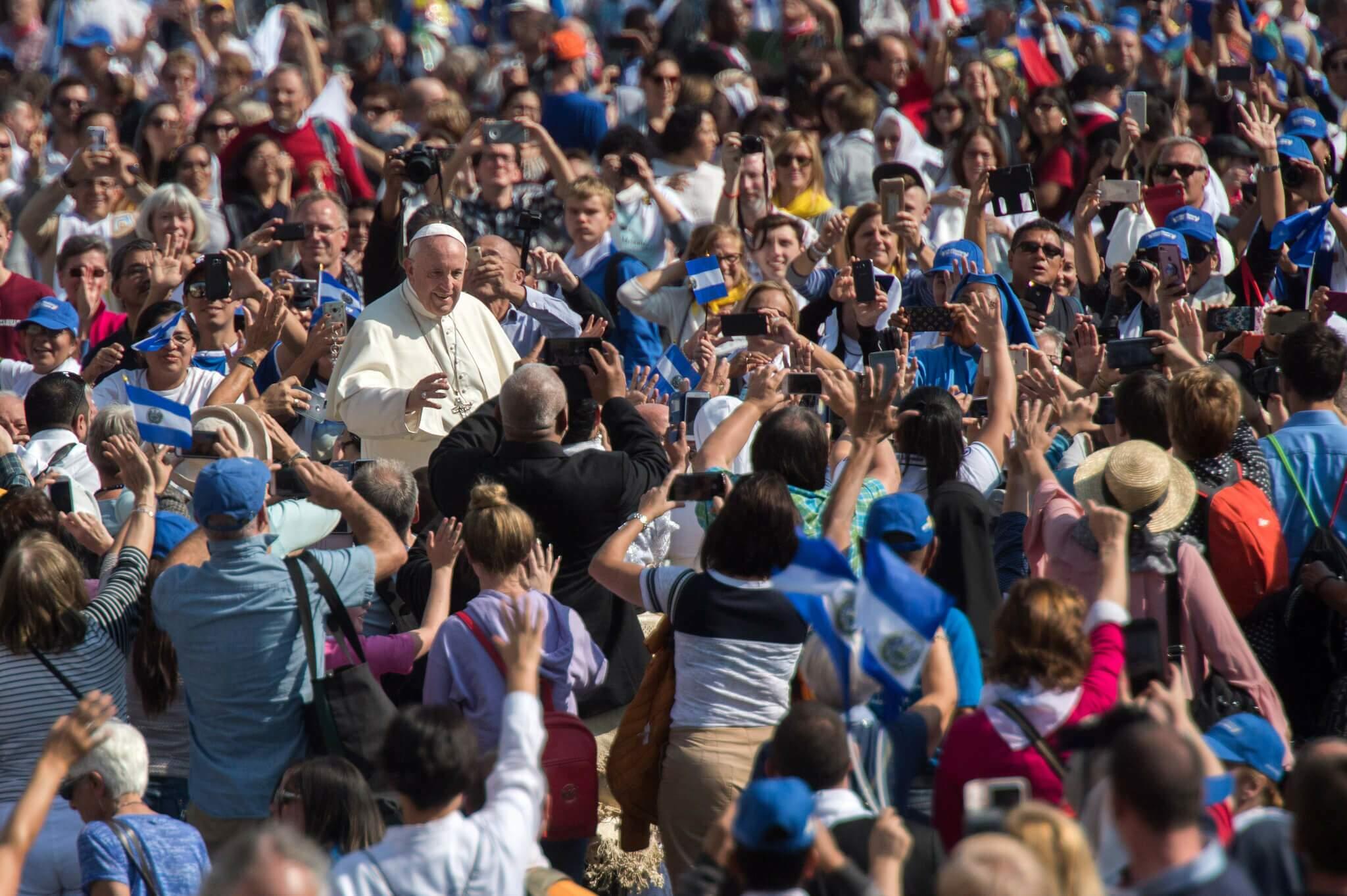 Papa Francisco com fiéis no Vaticano, no dia da canonização do Papa Paulo VI