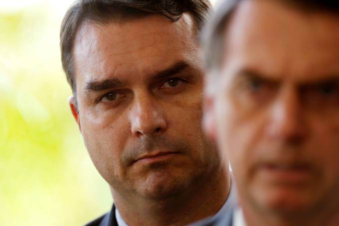 Flávio e Jair Bolsonaro: assessor do senador eleito e filho do presidente deve prestar depoimento para MP-RH (Foto: Adriano Machado | Reuters).
