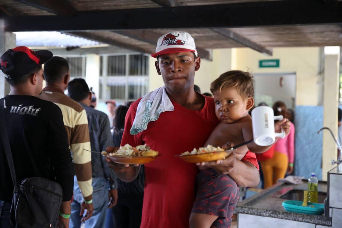 Refugiados da Venezuela desembarcam em Cuiabá (Foto: Antônio Cruz | Agência Brasil).