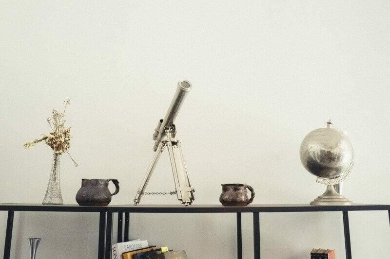 Telescópio e Globo Terrestre, marcos do conhecimento científico (Foto: Visual Hunt)
