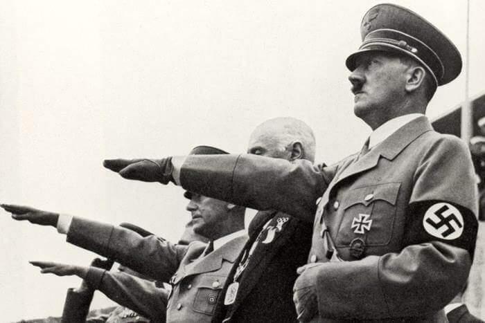 Adolf Hitler, líder tirano da Alemanha Nazista acompanhado de seus generais.