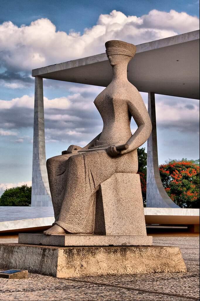 Estátua da deusa Thêmis, símbolo da imparcialidade judicial, em frente ao Palácio do STF (Foto: Ricardo/Visual Hunt)