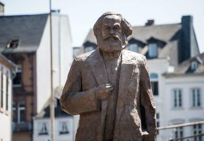 marxismo cultural - estátua de karl marx