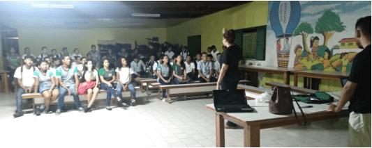 Bruna falando durante a atividade com a turma da escola da comunidade de Cavianas (AM).