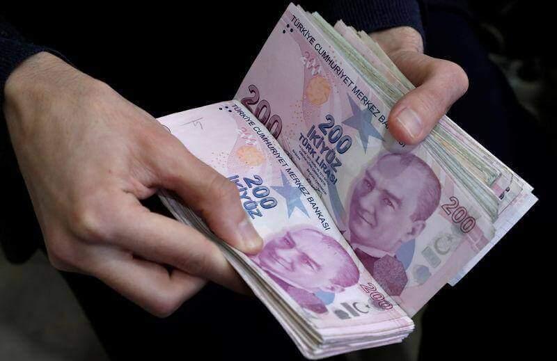 Na imagem, pessoa segurando notas de Lira - a moeda da Turquia.