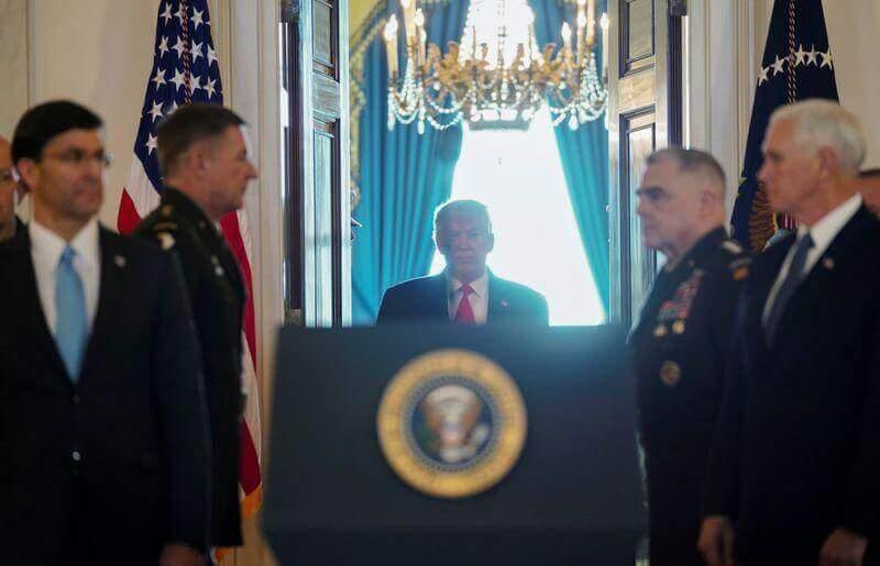 Na imagem, Donald Trump se posicionando para fazer o pronunciamento sobre os ataques ao Irã.