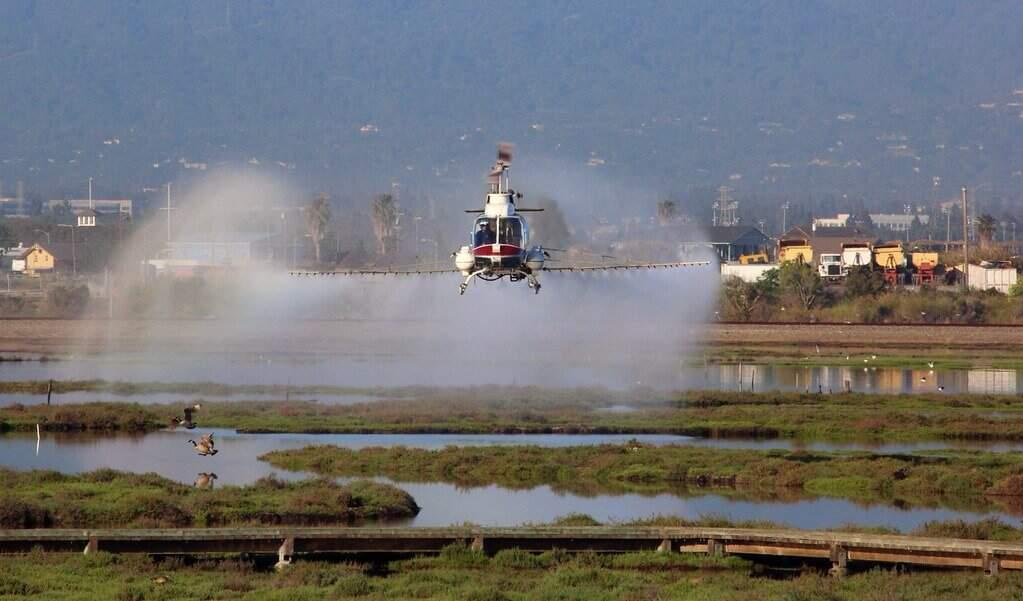 Helicóptero jogando agrotóxicos em uma plantação. Foto: Visual Hunt