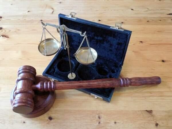 Imagem de martelo de juiz. Conteúdo sobre as principais violações de direitos humanos.