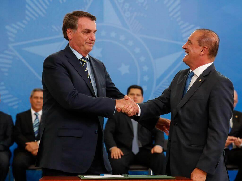 Bolsonaro e Onyx Lorenzoni se cumprimentam em posse no Ministério da Cidadania.