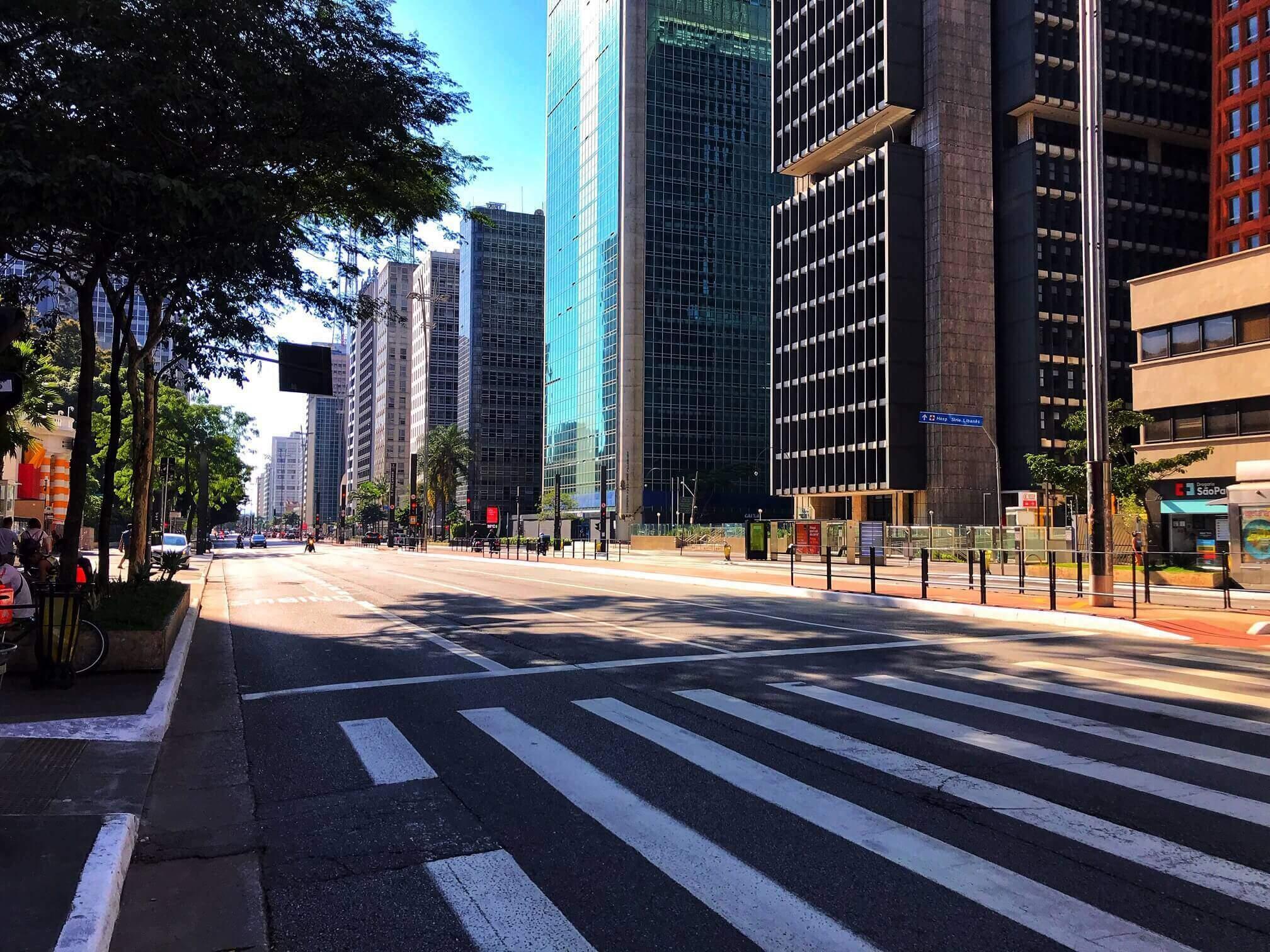 """Na imagem, avenida paulista sem movimento devido a quarentena. Conteúdo sobre """"renda básica emergencial"""""""