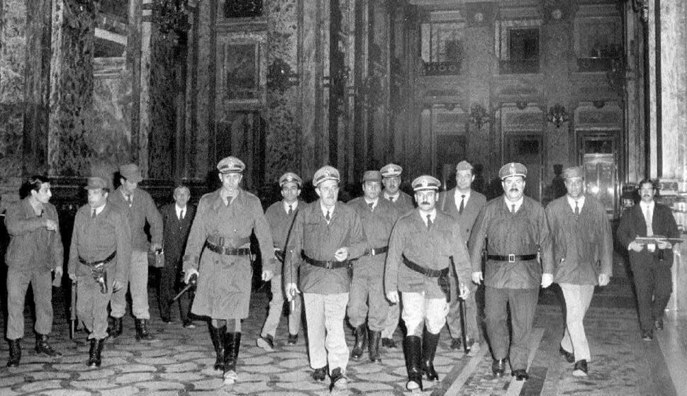 Na imagem, militares andando. Conteúdo Ditadura no Uruguai