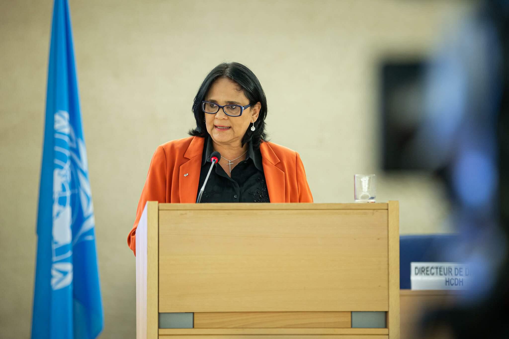 Ministra Damares Alves do Ministério da Mulher, Família e Direitos Humanos em discurso.