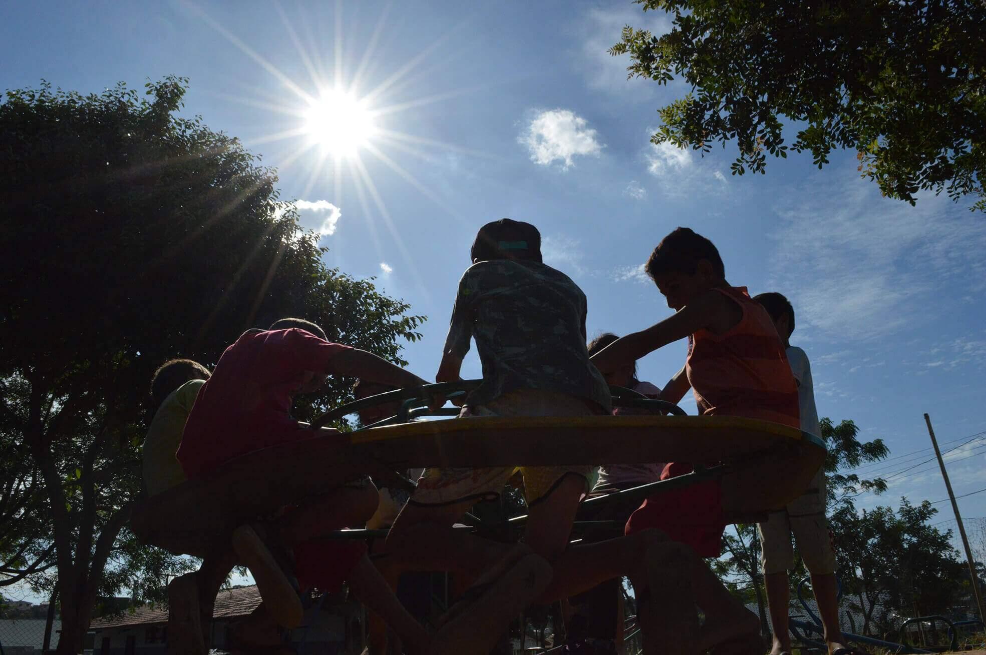 Crianças brincando no parquinho. Conteúdo Unicef