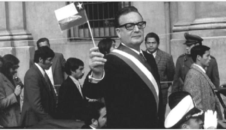 Na imagem, Salvador Allende segurando a bandeira do Chile. Conteúdo sobre a crise econômica do Chile.