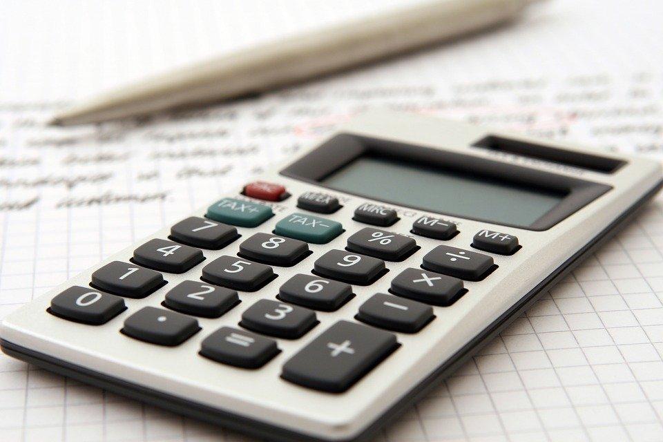 """Na imagem, uma calculadora e um lápis. Conteúdo sobre """"CPMF digital"""""""