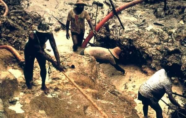 O garimpo ilegal está destruindo a floresta dos índios, e poluindo seus rios com mercúrio. Ilustrativo do genocídio indígena Fonte: Colin Jones/Survival