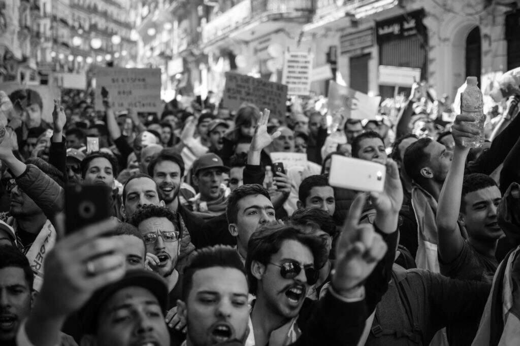 multidão de protestantes, imagem em preto e branco. protestos não são necessariamente atos antidemocráticos.