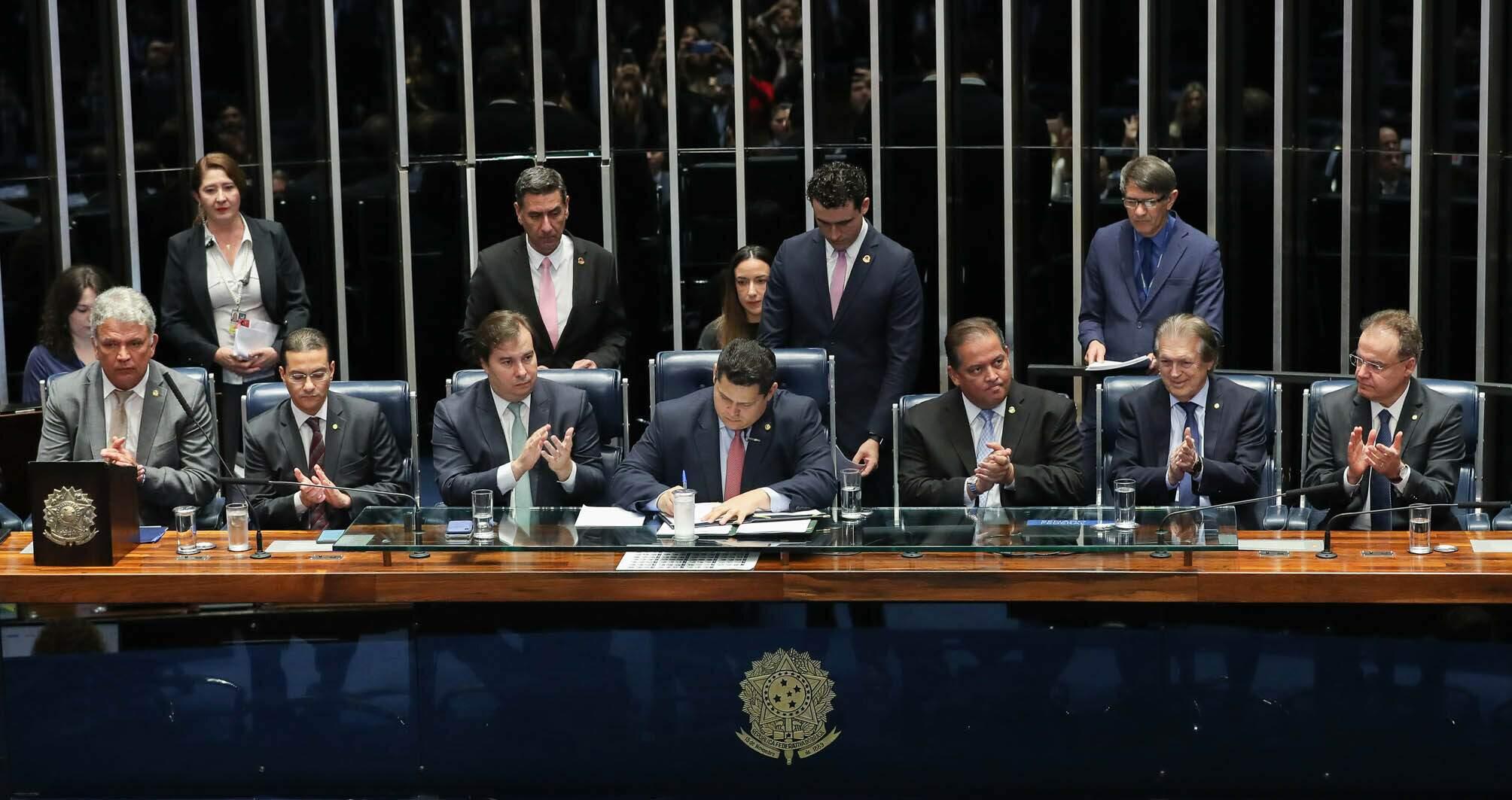 Na imagem, parlamentares ao redor da mesa do Congresso Nacional. conteúdo sobre reforma da previdência nos estados e municípios.