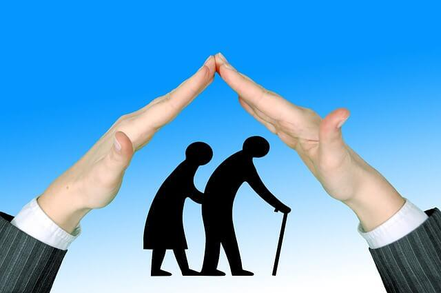 Imagem ilustrativa de um desenho de idosos sendo protegido por um par de mãos, em formato de casa.
