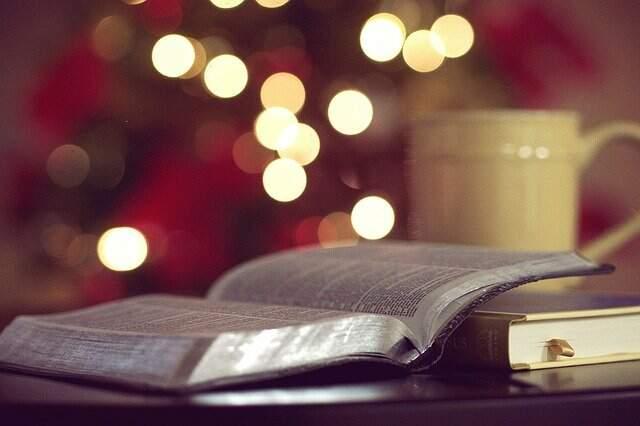 Imagem de uma Bíblia aberta, acompanhada de uma xícara de café. Representação para o texto de como o cristão se posiciona
