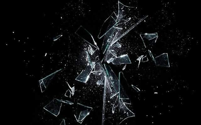 Cacos de vidro sobre um fundo preto. Imagem ilustrativa para a série Black Mirror