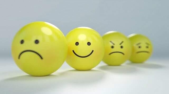 Bolinhas amarelas representando rostos humanos com expressões variadas. Imagem ilustrativa para habilidades socioemocionais.