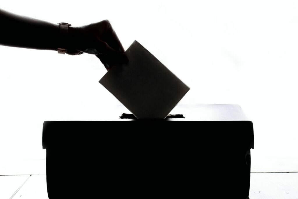 pessoa votando em urna. democracias mais antigas do mundo.
