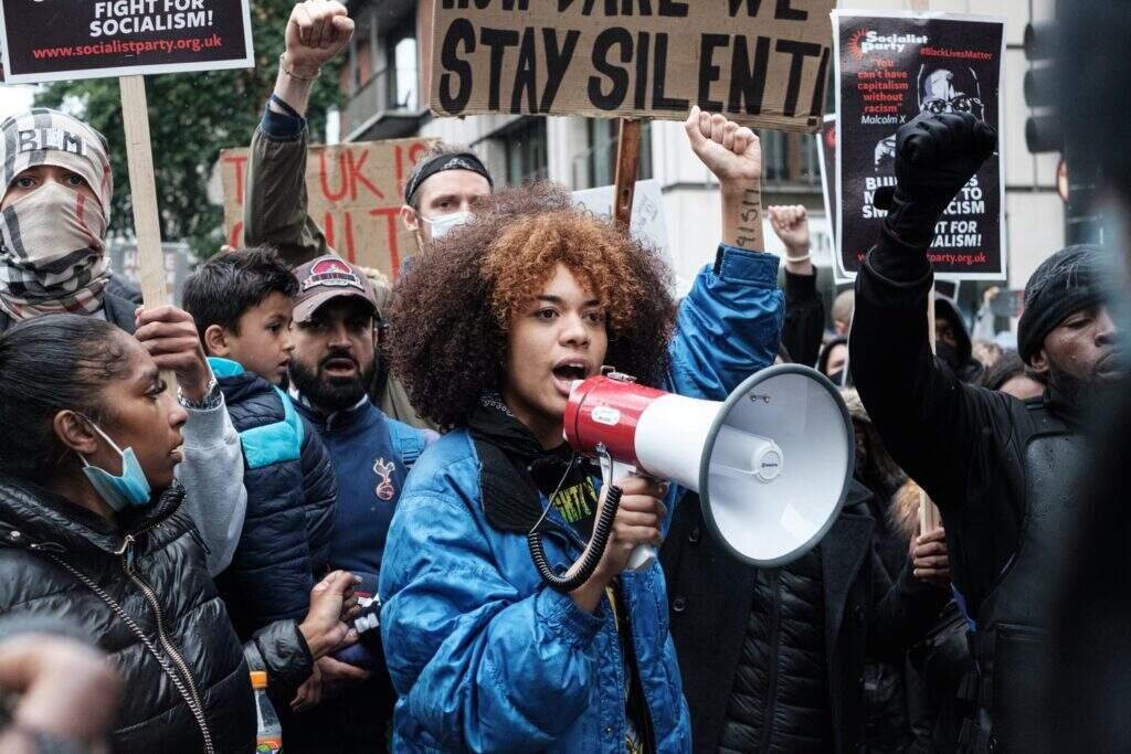 pessoas protestando. a democracia está ameaçada?
